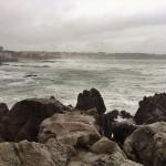 Mar batida en un día gris