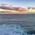 Mar, horizonte y nubes teñidas de amanecer