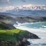 Una mirada a los Picos de Europa desde los acantilados de Tagle