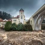 El río Pas se desborda. ¡Cómo baja por Puente Viesgo!