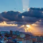 El sol se cuela para husmear los pintorescos colores de Tetuán