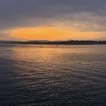 El sol busca un resquicio para asomarse a la bahía