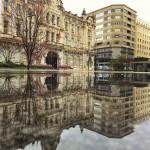 Los días de lluvia la plaza del ayuntamiento cobra otra dimensión