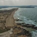 La playa de Valdearenas y el parque natural de las dunas de Liencres a vista de dron
