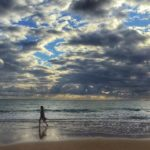 La belleza de los despertares con nubes y claros