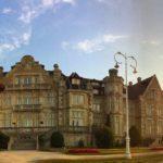 El gran palacio con el cielo a dos colores