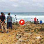 El hawaiano Mike Stewart, 9 veces campeón del mundo de bodyboard, está surfeando en Liencres