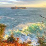 Amanece con las olas castigando a la isla de Mouro