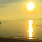 Calima dorada en la bahía