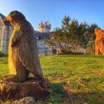 Dos esculturas y un palacio