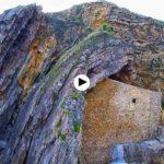 Una ermita encastrada en una roca a orillas del mar