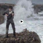 Un violinista junto al Cantábrico