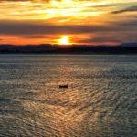Tráfico marítimo al amanecer
