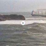 La mala mar complica la entrada de un buque a la bahía de Santander