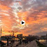 Un atardecer con el cielo iluminado de colores