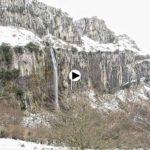 Bajada del nacimiento del Asón con el paisaje bien nevado