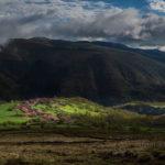 Los Tojos es una hilera de casas entre las montañas cántabras