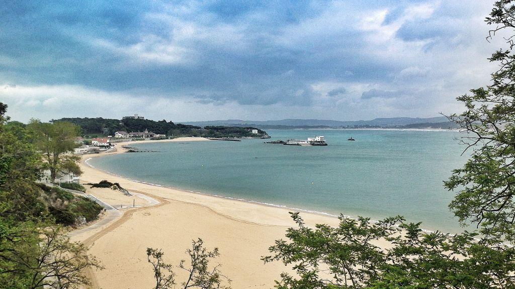 La playa santanderina vacía