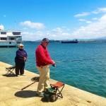 Carlos y Margarita, con la caña a cuestas en la bahía
