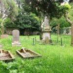 Un cementerio protestante entre los bloques de Cazoña