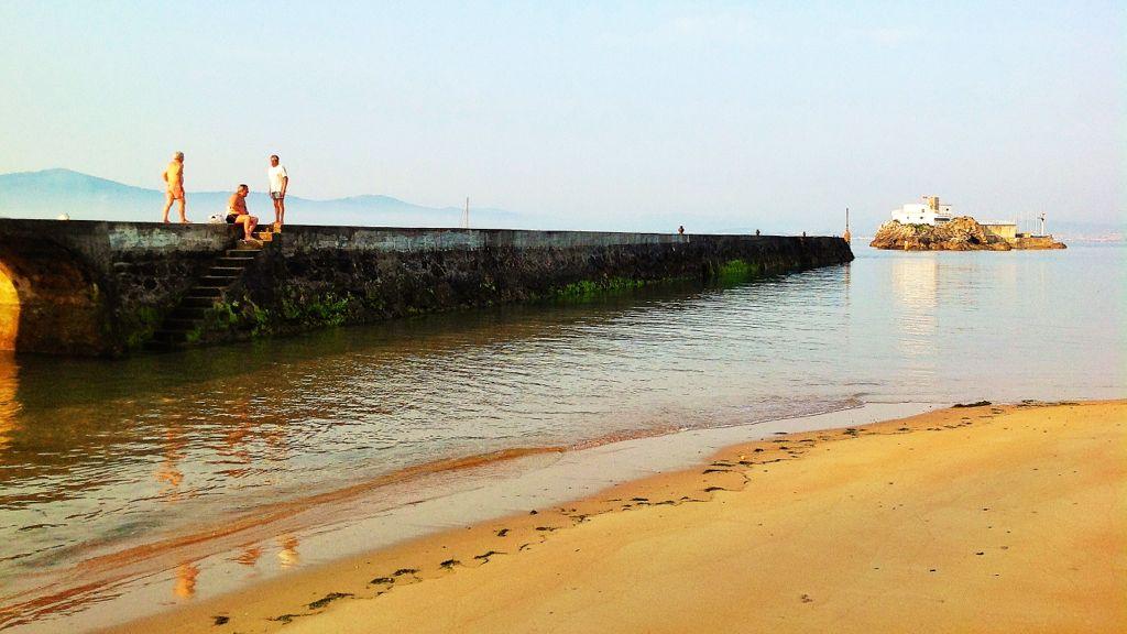 3f98533c1587 Sube la marea en el espigón de la playa de Bikinis | EL TOMAVISTAS ...