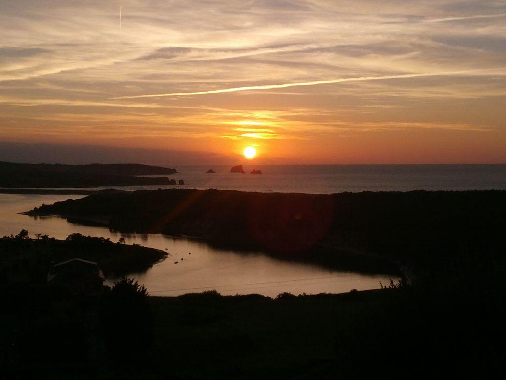 'Cuando el sol se esconde'. Son las vistas al atardecer de la ría de Mogro y el mar de la playa de Valdearenas tomada desde la carretera que une Liencres con Boo de Piélagos. Autora: Eva Borragan