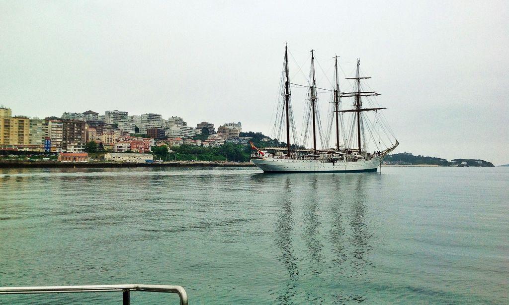 Juan Sebastián de Elcano, fondeado en la bahía de Santander