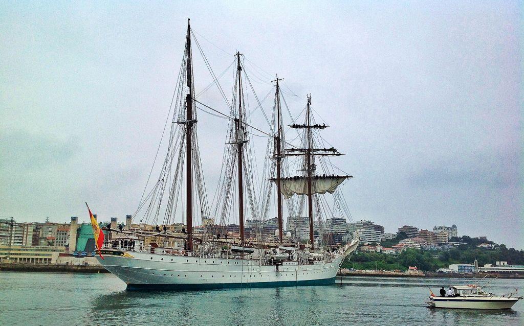 Los marineros despliegan velas en Juan Sebastián de Elcano