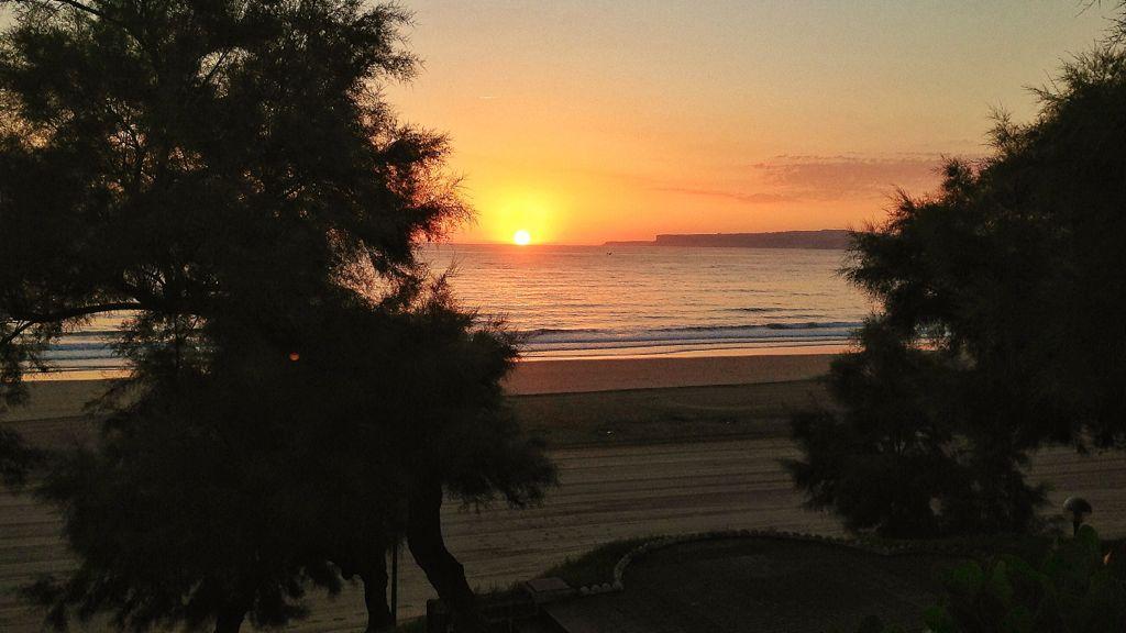 el sol sale del agua en un amanecer perfecto en santander