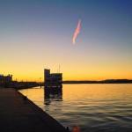 Una estela pinta el cielo sobre la bahía