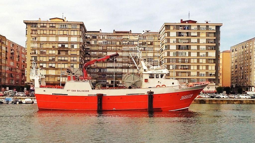 barco-de-pesca-atracado-a-la-puerta-de-casa