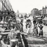 Mujeres con el cesto a cuestas descargan la mercancía de un barco en 1910
