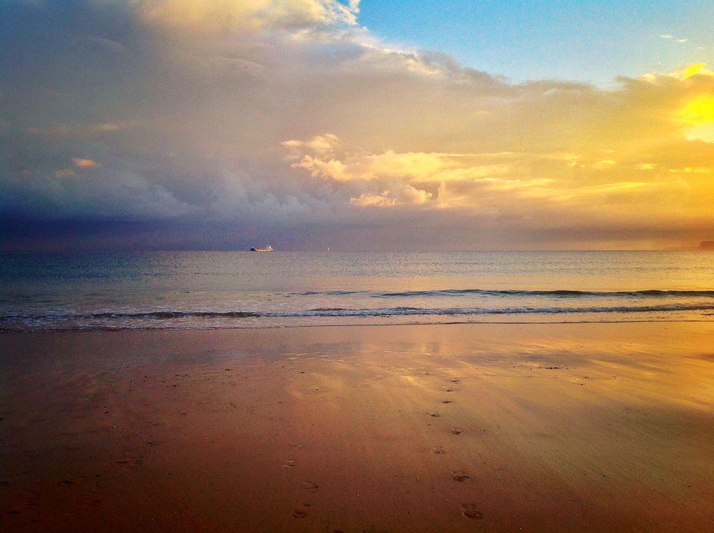 barco-sardinero-nubes-sol