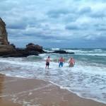 Manuel, Miguel y Raúl son de baño dominical en la playa del Camello