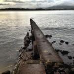 Camino de piedra hacia una bahía plateada