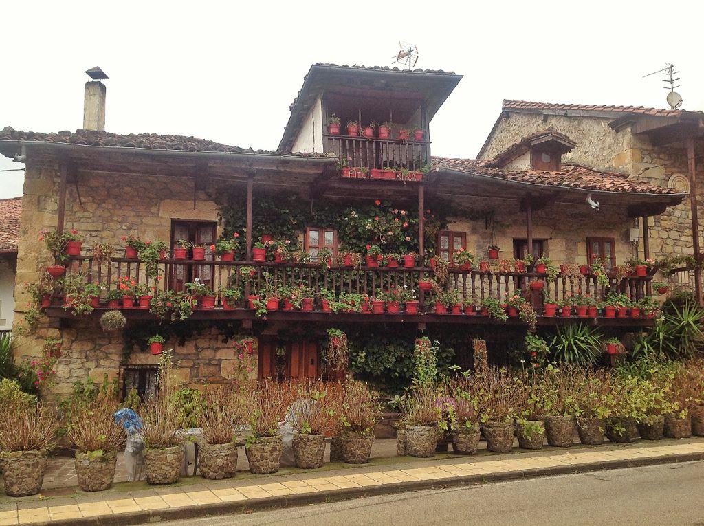 villacarriedo-barrio-en-hilera-fachada