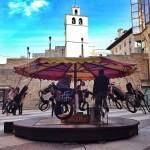 Un tiovivo a pedales junto a la catedral de Santander