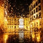 La Porticada y Pedro Velarde, solos, de noche, bajo la lluvia