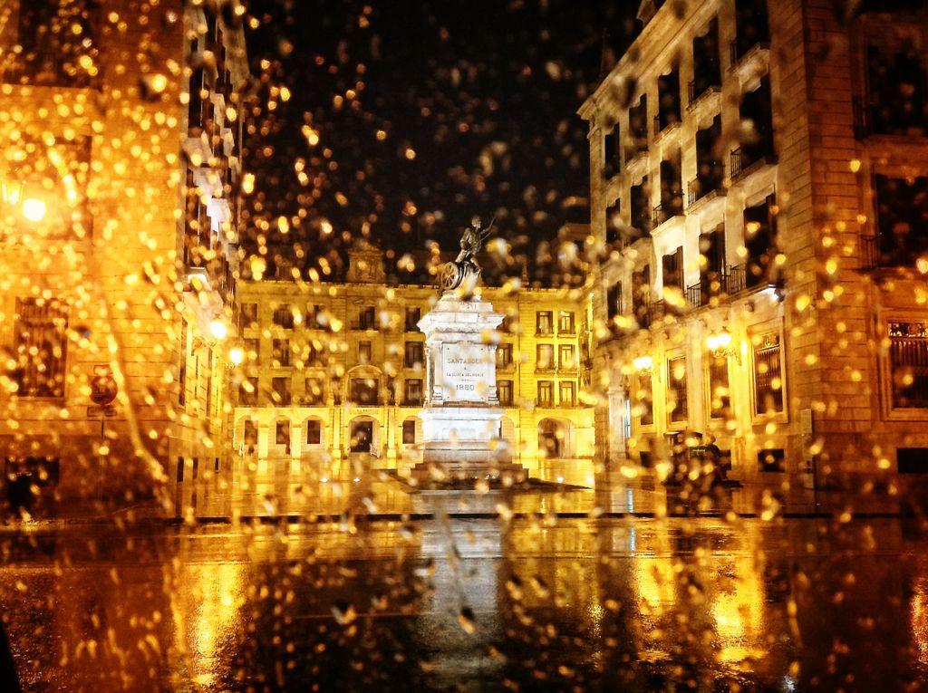 plaza-porticada-santander-lluvia-noche