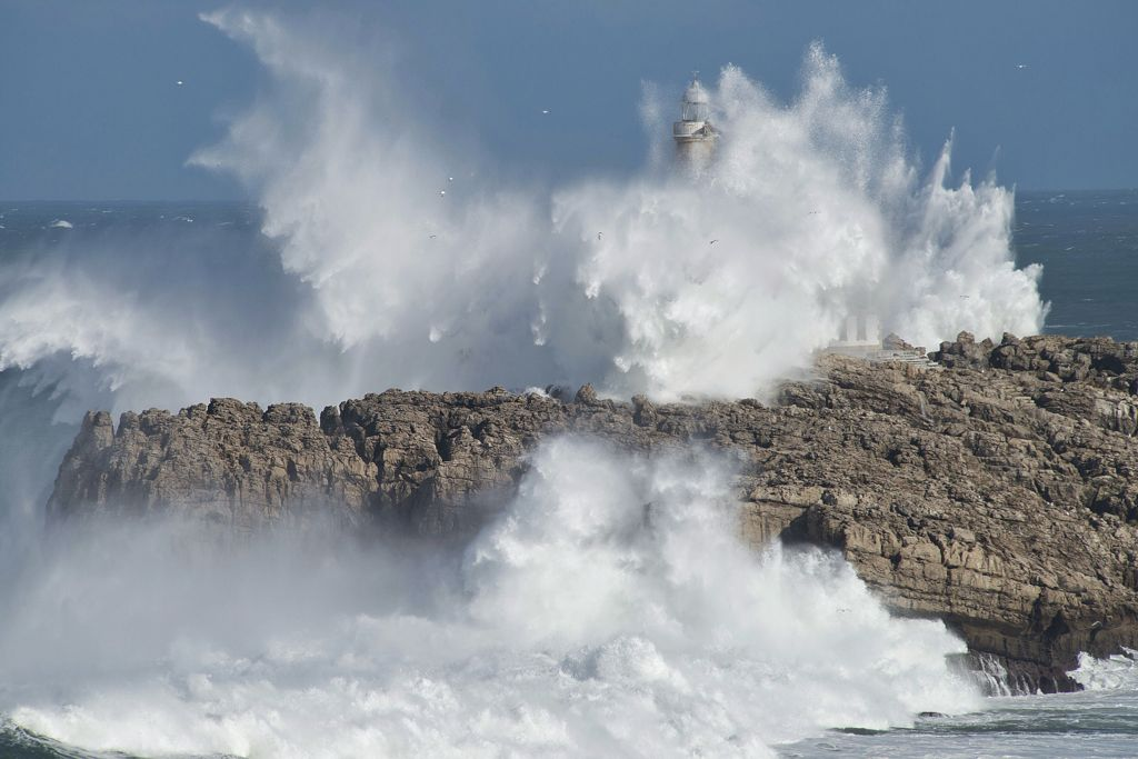 isla-mouro-faro-temporal-olas-santander