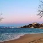 La luna se engancha a la bahía de Santander