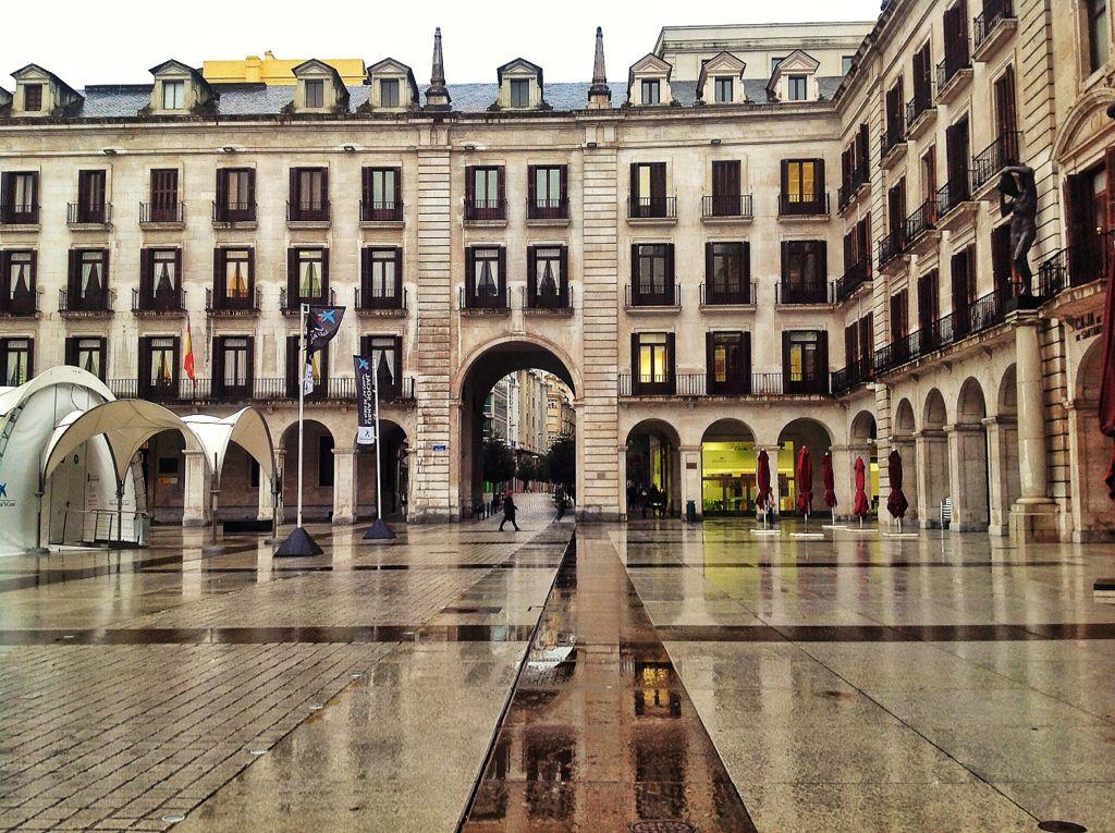 plaza-porticada-lluvia-santander