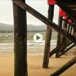 Al resguardo de la lluvia en el embarcadero de El Puntal
