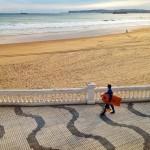 Surfeando las olas del paseo del Sardinero