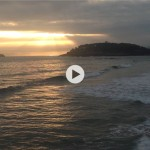 El sol por las rendijas, la mar llegando a tierra
