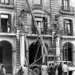 Trabajos de instalación de las polémicas estatuas de la plaza Porticada
