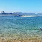 Crucero y nadador compartiendo la bahía