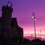 Levantarse en palacio con cielos morados
