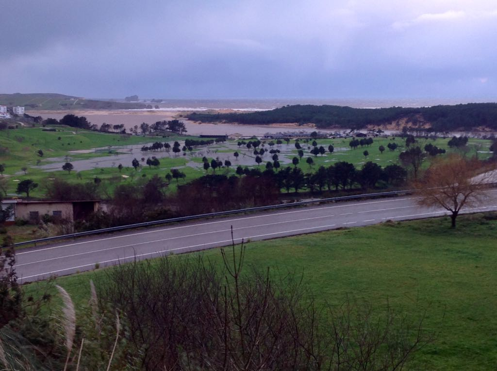 campo-golf-desbordado