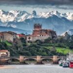 San Vicente de la Barquera con los majestuosos Picos de Europa nevados